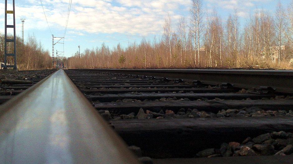 Juna ja henkilöauto törmäsivät Porissa – auton matkustajat loukkaantuivat   Yle Uutiset   yle.fi