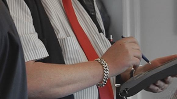 Konduktöörit myyvät matkalippuja junassa.