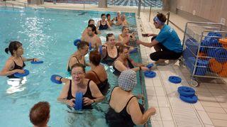 Uimarit valmistautuvat vesijumppaan.