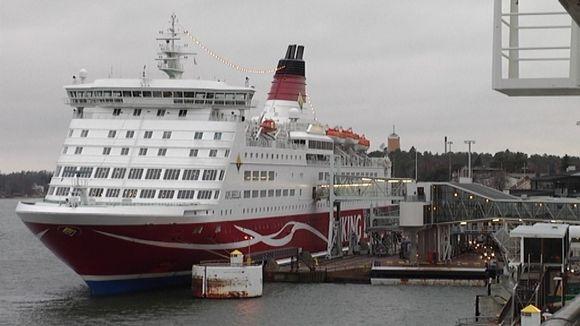 Matkustajat poistuivat vaurioittuneesta Viking Amorellasta Maarianhaminassa.