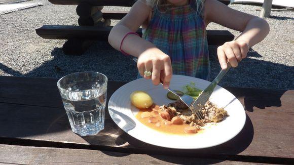 Lapsi syömässä.