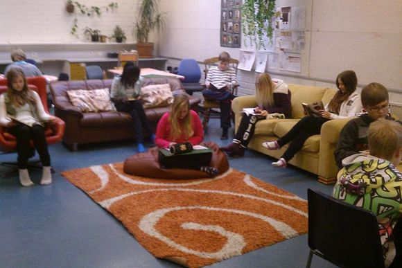 Audio: Oppilaat lukevat kirjoja sohvilla.