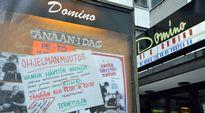 """Tiedote Kino Dominon ilmoitustaululla: """"OHJELMANMUUTOS. Vanha hävytön nainen -elokuvan vaurioituneen esityskopion vuoksi olemme joutuneet vaihtamaan elokuvan. Esitämme Ingmar Bergmanin elokuvan KIIHKO tänään klo 18.00 ja 20.30. Pahoittelemme!"""""""
