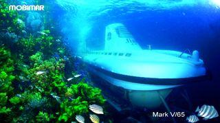 Sukellusvene kulkee vedessä.