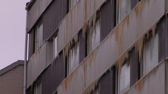 Tulipalon sammutusvedet jäätyivät kerrostalon seinälle Ursininkadulla Turussa.