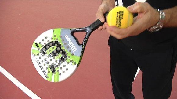 Padel-tennismaila ja pallo