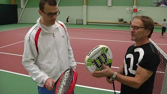 Video: Kaksi miestä tutkimassa padel-tennismailoja.