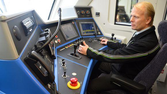 Veturinkuljettaja Samuli Juntto esittelee Vectron-hybridiveturin ohjaamoa.