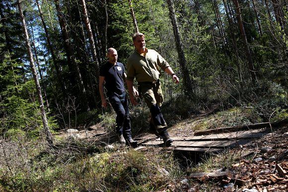 Kurjenrahkan puistomestari Petri Hautala kävelee Heikki Maskulinin perässä.