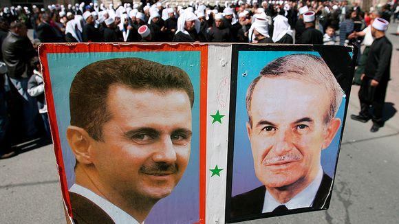 Kyltti, jossa on Syyrian presidentin Bashar al-Assadin ja tämän isän Hafez al-Assadin kuvat.