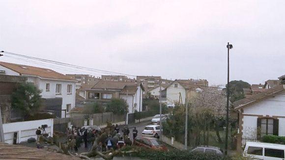 Toimittajia ja kuvaajia poliisin piiritysrenkaan reunalla Toulousessa.