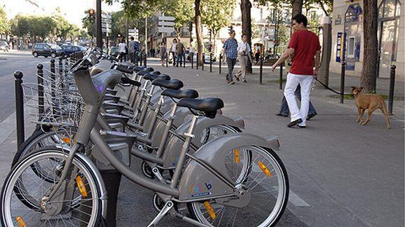 Kaupunkipyöriä telineessä pariisilaisella kadulla.