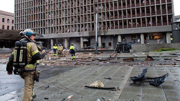 Palomies tuhoutuneiden rakennusten keskellä.