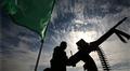 Hamasin sotilas aseen ja lipun kanssa rajanylityspaikalla.
