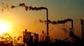 Kemian tehteaan savupiippuja Kiianan Tianjinissa