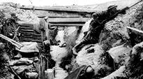 Sotilaita juoksuhaudassa. Kuva Fromelles'n taistelusta.