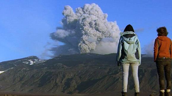 Turistit katselevat purkautuvaa Eyjafjöll-tulivuorta