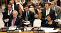 Turvallisuusneuvostossa äänestetään. Britannian ja Yhdysvaltojen edustajat äänestävät kädellään.