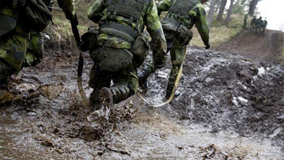Sotilaita juoksemassa mudassa