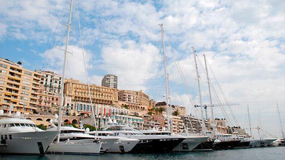 Huvijahteja ja kookkaita purjeveneitä Monacon satamassa.