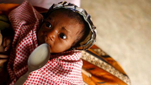Sylissä olevalle lapselle syötetään lusikalla keittoa.