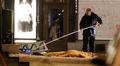 Poliisi suorittaa teknistä rikostutkintaa räjähdyspaikalla Tukholmassa 11. joulukuuta vuonna 2010. Iskun tekijä maassa peiteltynä.