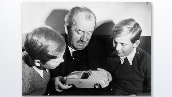 Ferdinand Porsche ja lapsenlapset Ferdinand Piëch (oik.) ja Ferdinand Alexander Porsche vuonna 1949.