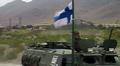 Suomalainen rauhanturvaaja Afganistanissa sotilasasjoneuvon kyydissä.
