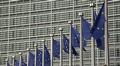 EU:n lippuja salossa Euroopan komission rakennuksen edessä Brysselissä.