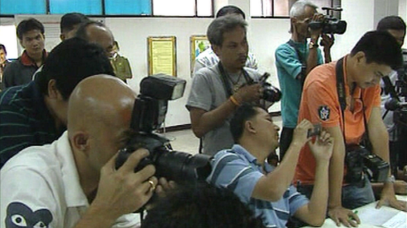 Poliisin tiedotustilaisuus Wincapita-huijauksesta epäillyn pidätyksestä. Valokuvaajia rivissä kuvaamassa pidätettyä.