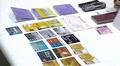 Wincapita-huijauksesta epäillyltä takavarikoidut toistakymmentä luottokorttia, passi, henkilöllisyystodistus ja matkapuhelin pöydällä. Poliisin tiedotustilaisuus Thaimaassa Pattayalla.