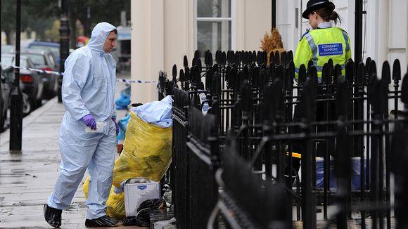 Poliiseja kuolleen MI6:n työntekijän kodin edustalla.