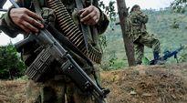 Separatistiryhmä FARC:n jäseniä partioimassa lähellä tietä.