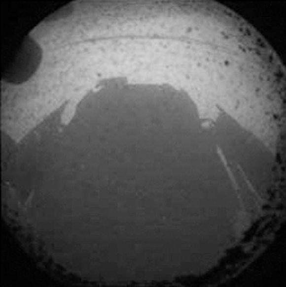 Yksi ensimmäisistä Curiosity-mönkijän Marsista lähettämistä valokuvista.
