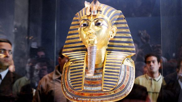 Museovieraat tutkivat faarao Tutankhamonin kultaista kuolinnaamiota Egyptiläisessä museossa Kairossa.