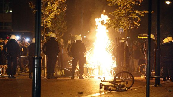Video: Mellakka sai alkunsa, kun 16-vuotias teinityttö kutsui Facebookissa ystäviään syntymäpäiväjuhliinsa, mutta unohti merkitä juhlat yksityistapahtumaksi. Poliisit yrittivät saada tilannetta haltuunsa Harenissa, Hollannissa 21. syyskuuta 2012.