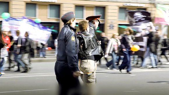 Poliisi pidättää mieltään osoittaneen homoseksuaalin Pietarissa.