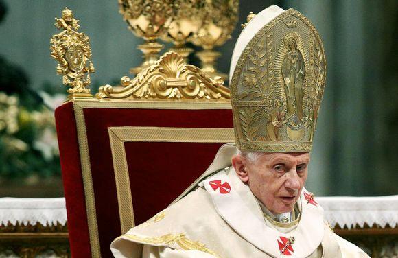 Paavi Benedictus XVI uuden vuoden messussa Pietarinkirkossa, Vatikaanissa, 1. tammikuuta.