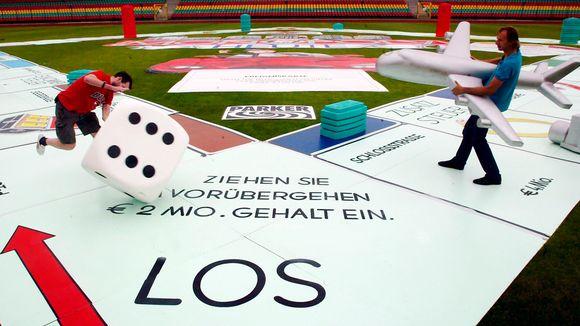 Miehet pelaavat jättimäisen pelilaudan päällä Saksassa.