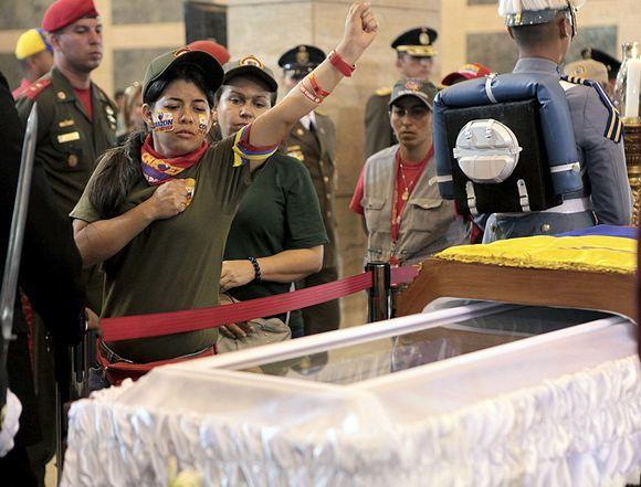 Ihmiset hyvästelevät Chavezin arkun ääressä.