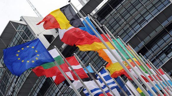 EU:n ja jäsenmaiden liput Euroopan parlamentin edustalla Brysselissä.
