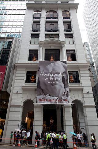 Abercrombie & Fitch -muotitalon myymälä ja ihmisiä sen edustalla.