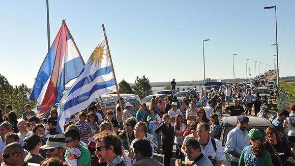 Sadat argentiinalaiset ympäristöaktivistit osoittavat 6. lokakuuta mieltään UPM:n Fray Bentosin sellutehdasta vastaan San Martinin sillalla Uruguayn ja Argentiinan rajalla, jonka vieressä tehdas sijaitsee.