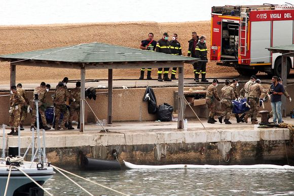 Veneturmassa menehtyneiden ruumiita nostetaan merestä.