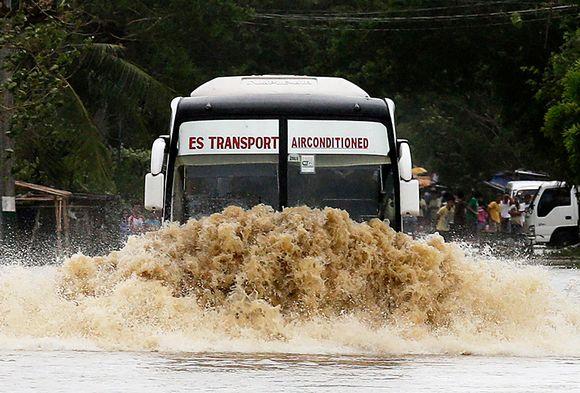 Linja-auto ajoi tulvivalla kadulla San Ildefonsossa, Filippiinien Bulacanin maakunnassa, 12. lokakuuta.
