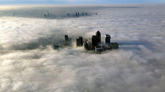Sumuinen Lontoo kuvattuna ilmasta