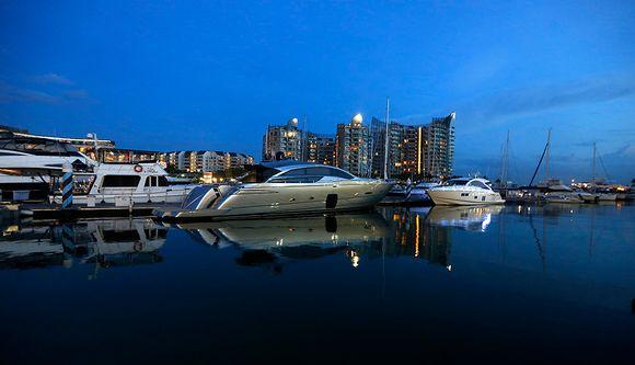 Luksusjahteja singaporelaisessa satamassa lähellä Marina Clubia.