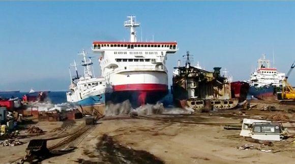 Video: Lautta ajaa maihin Turkissa.
