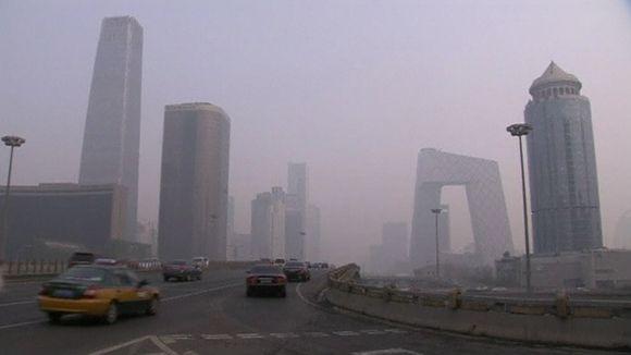 Video: Pekingiläistä moottoritietä savusumussa.