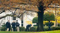 Valkoisen talon turvallisuushenkilöstö tutkii talon pihamaata ampumavälikohtauksen jälkeen.